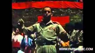 """فيديو نادر للحسن الثاني يرقص على إيقاع فرقة """"أحواش"""" تلوات وارزازات 1957"""