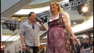 """getlinkyoutube.com-Jens Büchner singt   """"Augen zu..""""  und Freundin Daniela mit on stage (schwanger)"""