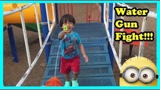 getlinkyoutube.com-Water Gun Fight Hide N Seek  Playtime at the Park with Minions Kids Video  Ryan ToysReview
