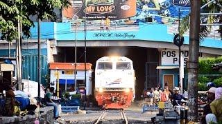 getlinkyoutube.com-Railway Kereta Api : KRD Lokal Babat melewati Terowongan PGS + Klakson yang menggema