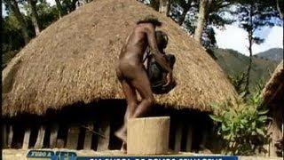 getlinkyoutube.com-Tudo a Ver 22/06/2011: Conheça os costumes de povos selvagens no meio da Oceania
