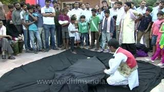 getlinkyoutube.com-Breathtaking Magic street trick in India - levitating man!