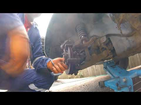 How to change the front brake pads Mitsubishi Pajero Shogun/замена передних тормозных колодок