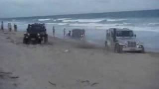 getlinkyoutube.com-LAND ROVER 110 resgatado e salvo por dois TROLLER na praia.wmv