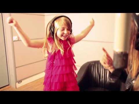 Barbie la Princesse et la Popstar  - Caroline Costa et Léa chantent en duo (clip officiel)