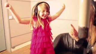getlinkyoutube.com-Barbie la Princesse et la Popstar  - Caroline Costa et Léa chantent en duo (clip officiel)
