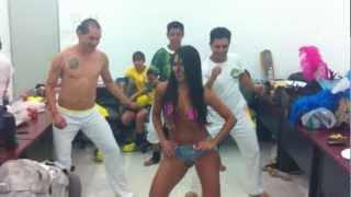 Meire Carvalho y los chavos de Capoeira bailando...