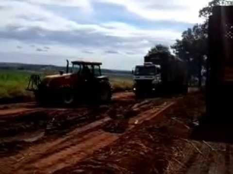 Flagrante de  caminhões canavieiro atolados em fazenda de Nuporanga