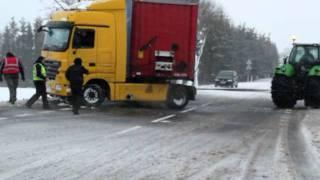 """getlinkyoutube.com-Wyciąganie """"TIRa"""" z rowu przez Deutz Fahr Droga krajowa nr 6 Koszalin-Biesiekierz"""