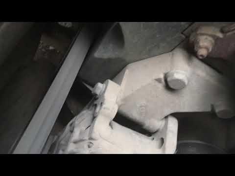 Шкода Октавия а5. Разболтавшийся ролик натяжителя ремня грм.