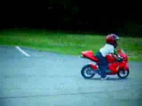 Un niño de 6 años con la minibike de 49 haciendo acrobacias!