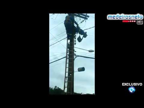 Internauta flagra momento em que o colega  do eletricista o socorre