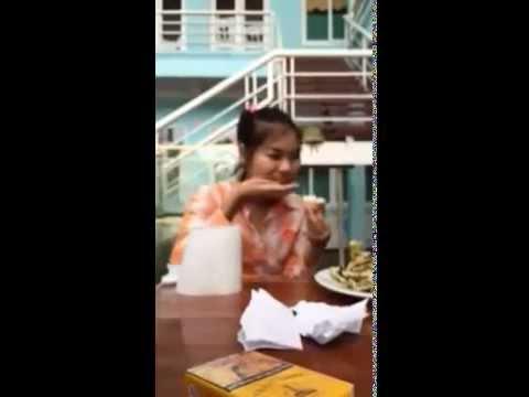 Cô gái đi xin việc vừa phỏng vấn vừa hồn nhiên ăn hết hai quả Na