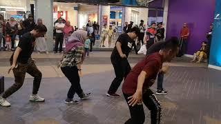Lagi Syantik - Busking Session The Curve Damansara