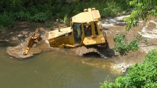 getlinkyoutube.com-Skilled machine operator removes his CAT D6N from creek