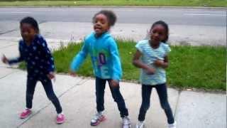 getlinkyoutube.com-3 Kids Dancing To Stick It N Roll It