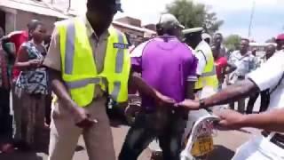 Ugomvi wa Polisi na Boda Boda wa liwale Akigomea kutoa piki piki kwa Polisi wa usalama barabarani