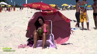 getlinkyoutube.com-Nicole Bahls na praia Pagando peitinho
