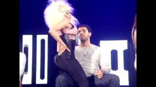 getlinkyoutube.com-NICKI MINAJ SUPER BASS LIVE (LAP DANCE DRAKE)