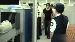 getlinkyoutube.com-バッドボーイズ佐田  覆面姿でテロ警戒中の空港の手荷物検査を受ける