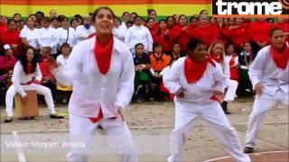 getlinkyoutube.com-Fernanda Lora bailó y tocó cajó peruano en el penal de Chorrillos