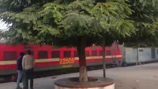 getlinkyoutube.com-Dibrugarh Rajdhani overtakes Sampoorna Kranti Express