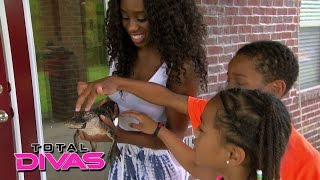 getlinkyoutube.com-Naomi brings the petting zoo home for the kids: Total Divas: August 18, 2015