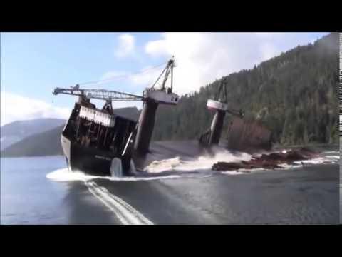 Parece um acidente de embarcação? É apenas um barco decarregando madeira.