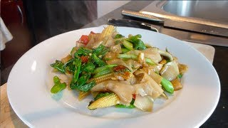 getlinkyoutube.com-Pad Kee Mao (Drunken Noodles) ผัดขี้เมา - Hot Thai Kitchen!