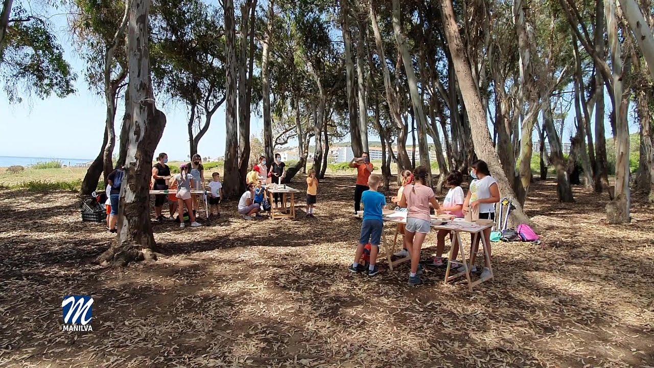 Un nutrido grupo de personas disfrutan del Proyecto Camaleón
