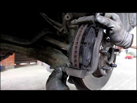 Замена передних тормозных колодок Land Rover Discovery 3 Ленд Ровер Дискавери 3 2006 года