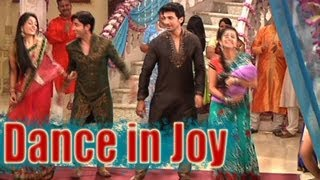 getlinkyoutube.com-Sasural Simar Ka - Simar and Entire Family Dance in Joy