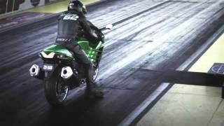 Dalam video ini akan diperlihatkan sebuah adu kecepatan antara KAWASAKI NINJA® ZX™-14R vs Suzuki Hayabusa