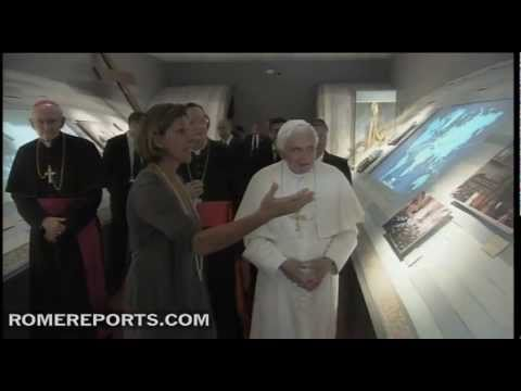 Benedict XVI makes surprise visit to John Paul II exhibit
