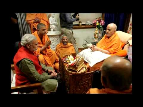 Pramukh swami maharaj giving assirvad to narendra(1)