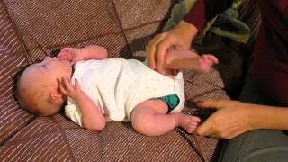 getlinkyoutube.com-One-month-old demonstrates newborn reflexes