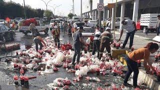 Se le caen miles de botellas a camion de Coca Cola