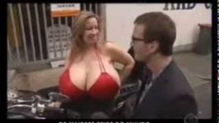 getlinkyoutube.com-Prótese de silicone gigante no seio faz mulher dar inveja a muita vaca leiteira.avi