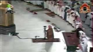 صلاة العشاء من الحرم المكي الشريف في شهر محرم لعام 1415هـ ويظهر الترميم الخارجي للكَعْبَة المُشرَّفة