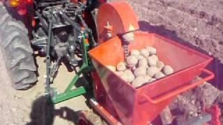 getlinkyoutube.com-Kubota - sazeč brambor