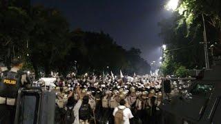 getlinkyoutube.com-Rusuh Lagi, Letusan Gas Air Mata Bersahutan Penuhi Istana Merdeka
