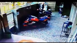 Pencuri motor nekat meski ada CCTV / thief motor cycle