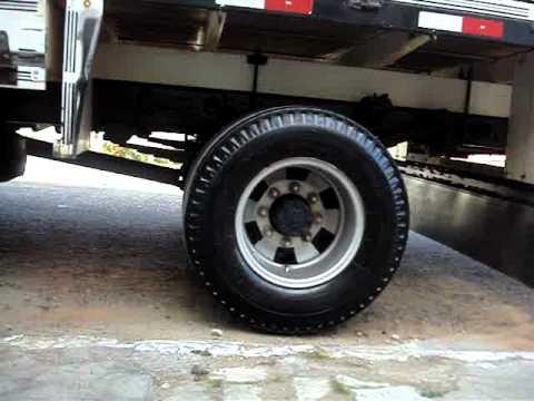 Corujinha mostrando o caminhão F4000 Depois do talentoo