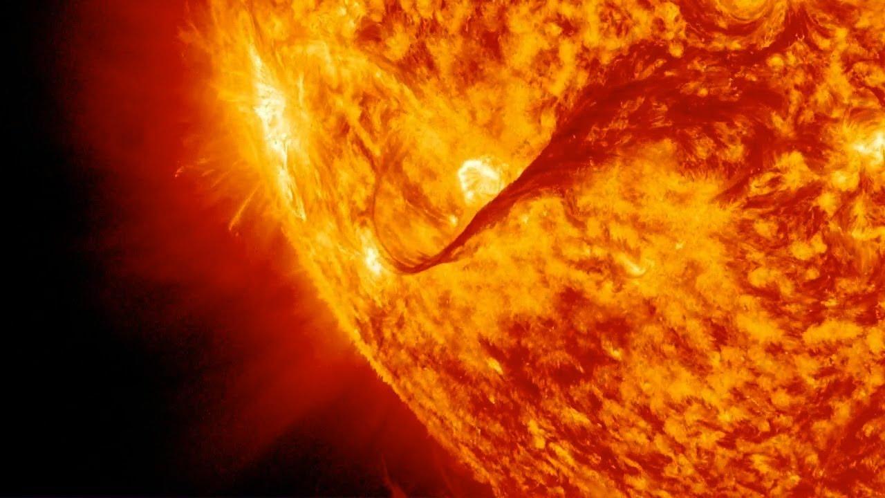 2013 sudah seharusnya menjadi tahun Solar Max, puncak siklus sunspot 11-tahun. Namun sejauh ini, aktivitas matahari telah cukup rendah, dengan nomor sunspot jarang jauh di bawah ekspektasi serta surya suar. Lebih lanjut: http://goo.gl/47ZhA