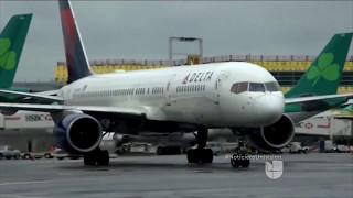 ¿Un empleado de una aerolínea puede interrogarme o pedirme que abandone un avión?