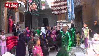 getlinkyoutube.com-بالفيديو.. سيدة ترقص بـ«السنجة» فى فرح شعبى بمصر القديمة