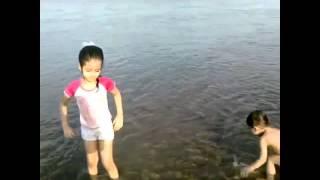getlinkyoutube.com-شاهد سارة المنيع تسبح مع بنت خالتها وعمرها 3 سنوات