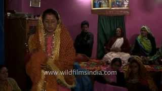 getlinkyoutube.com-Woman goes into a trance in an Indian village