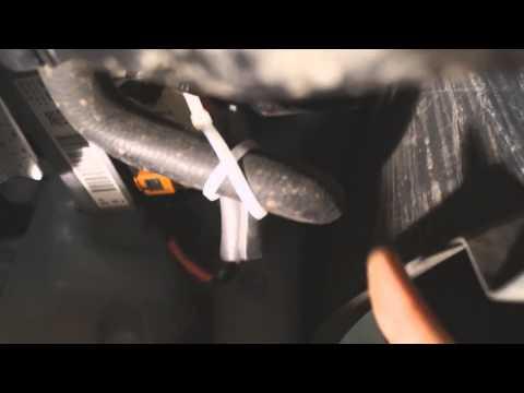Где находится бачок омывателя лобового стекла в Citroen С3 Пикассо