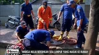 getlinkyoutube.com-Banjir Surut, Warga Cipinang Melayu Dibantu Petugas Damkar Bersihkan Lumpur - iNews Siang 22/02